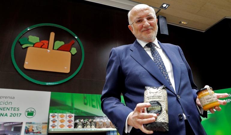 El presidente de Mercadona, Juan Roig, muestra algunos de los nuevos productos tras la rueda de prensa en la que ha presentado los datos económicos de la compañía correspondientes al ejercicio de 2017 y las previsiones para 2018