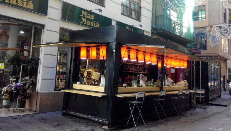 Imagen de un puesto de venta de comida y bebida instalado para fallas