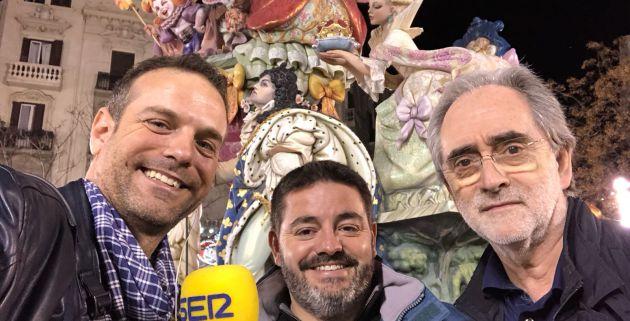 Los presidentes de Maestro Gozalbo y Almirante, Miguel Prim y Vicente Fuster, en la calle Conde Altea y con una de las obras de Algarra de fondo