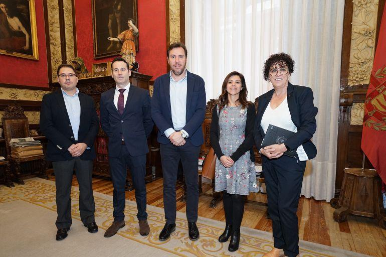 El alcalde y la concejala de Servicios Sociales junto a los representantes de Cáritas, la Casa Juventud Aleste y la Caixa
