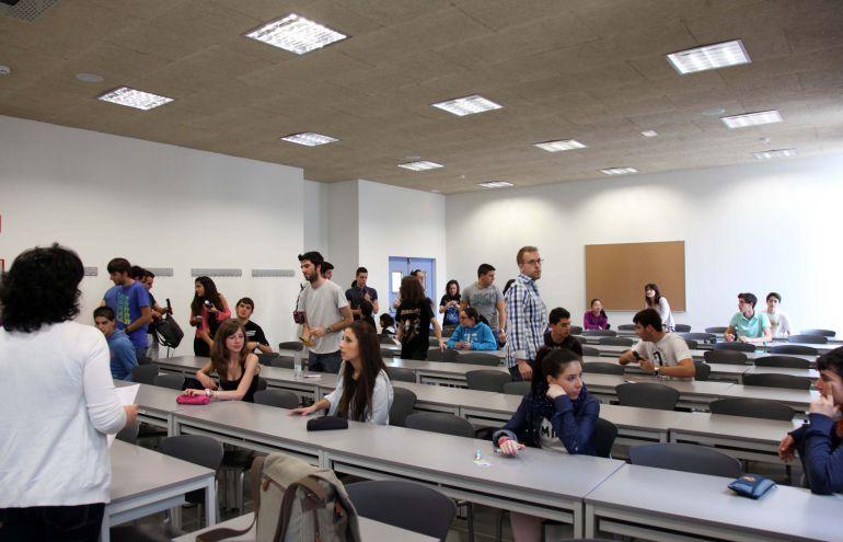 Alumnos momentos antes de hacer la prueba de acceso a la Universidad