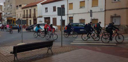 Los alumnos del María Zambrano recorriendo Alcázar en bicicleta