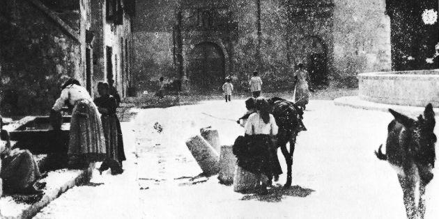 Aguadoras en la fuente de San Antón.