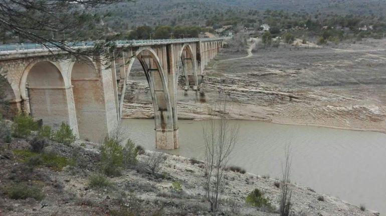 Empieza a llegar el agua bajo el viaducto de Durón