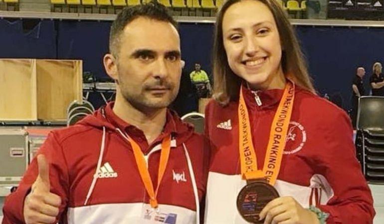 Laguna, con la medalla de bronce, junto a su entrenador José María Martín 'Xixo'.