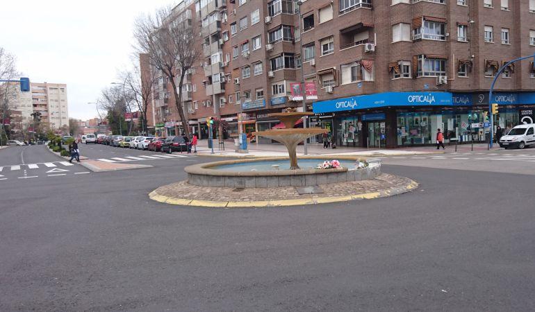 La rotonda donde se produjo el accidente tiene ahora ramos de flores en recuerdo del fallecido.