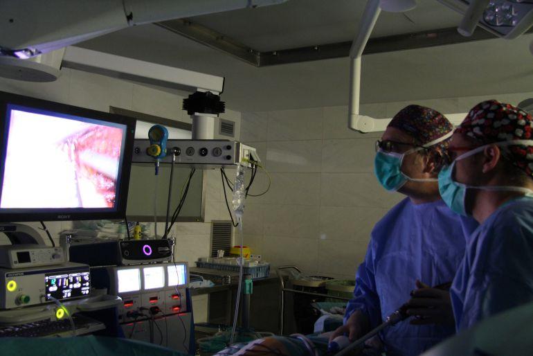 Quiròfan durant una intervenció de cirurgia de trasplantament de donant viu
