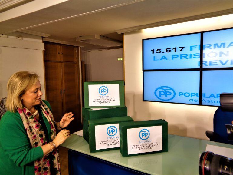 Mercedes Fernández ante las cajas que contienen las 15.617 firmas
