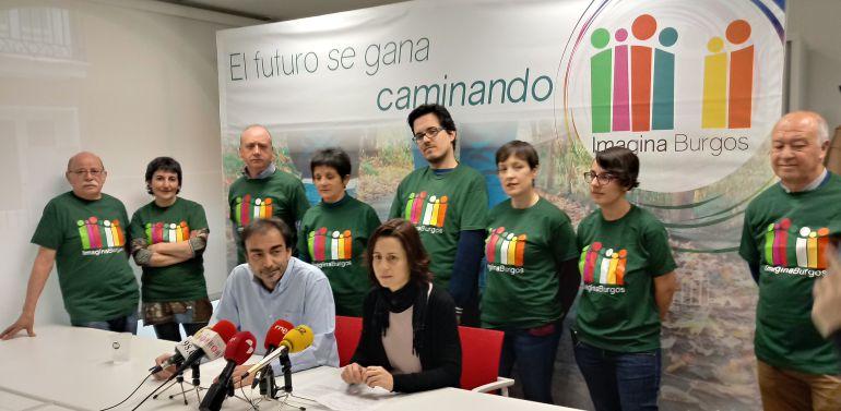 El Secretario de Imagina, Diego Izquierdo, y la concejala Eva de Ara, delante de varios miembros de la formación