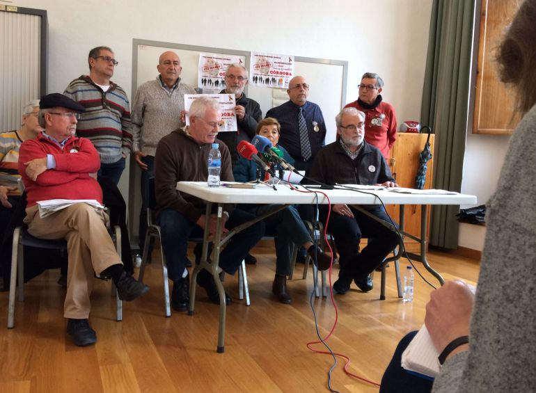 Activistas presentando la movilización en favor de las pensiones