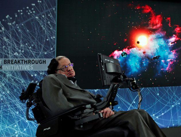 """El científico británico Stephen Hawking atiende una rueda de prensa en el One World Trade Center, en Nueva York, Estados Unidos, 12 de abril de 2016. Stephen Hawking ha fallecido hoy, 14 de marzo de 2018, a los 76 años en su casa de Cambridge, según fuentes de la la familia. El científico pasará a la historia, entre otros méritos, como creador de la teoría del """"big bang"""", término con el que se refirió al origen del espacio y el tiempo, pero también fue un estudioso de los agujeros negros que, según expuso, no son completamente negros ya que emiten radiación. El físico teórico, nacido en una familia de intelectuales de Oxford el 8 de enero de 1942, fue diagnosticado de esclerosis lateral amiotrófica (ELA) en 1963."""