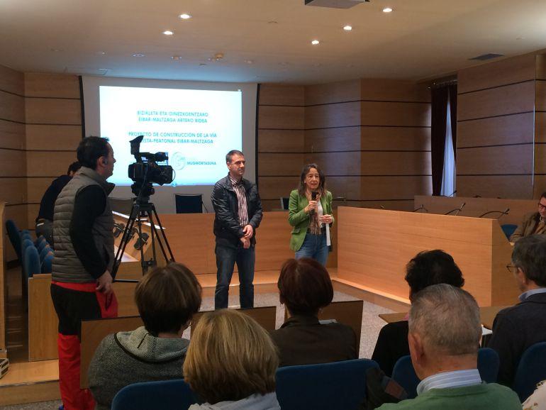 Miguel de los Toyos, Alcalde de Eibar, y Marisol Garmendia, Diputada Foral de Movilidad, durante la presentación del proyecto