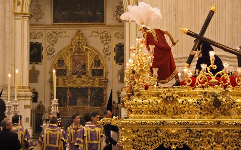 Foto de archivo del Cristo de las Tres Caídas en el interior de la Catedral, precedido por el cuerpo de acólitos