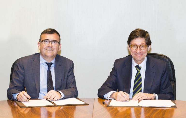 Firma del acuerdo entre los presidentes de CajaGRANADA Fundación y Bankia