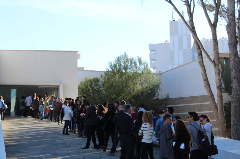 Los participantes hacen cola para acceder al evento