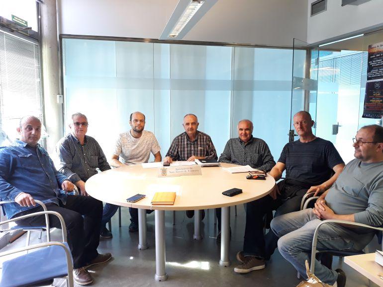 Los representantes de las asociaciones de taxistas y del municipio durante la presentación del nuevo plan