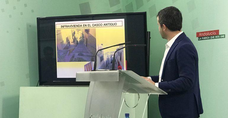 Julio Millán presenta un archivo de infravivienda en el casco antiguo de Jaén.