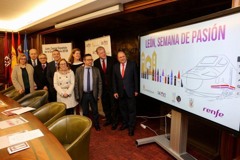 Representantes del Ayuntamiento, la junta Mayor de la Semana Santa y Renfe durate la presentación del acuerdo