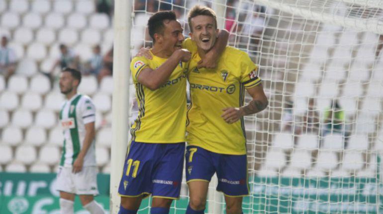Álvaro y Salvi celebran uno de sus goles con el Cádiz