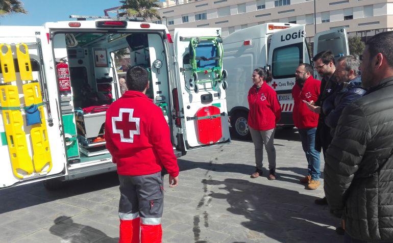 Los miembros de Creu Roja mostraron el interior de los nuevos vehículos a las autoridades.