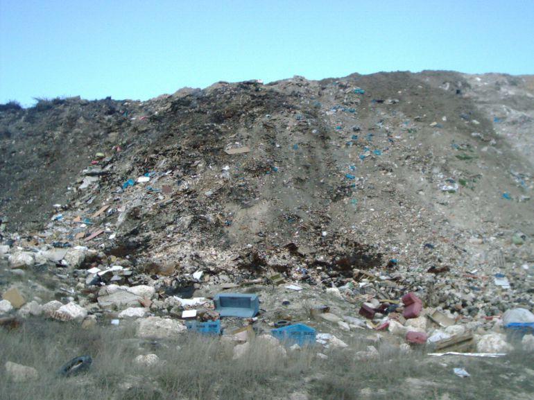 Escombrera de Cuéllar situada en el paraje de Las Lomas
