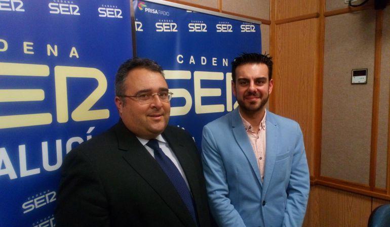 Enrique Espinosa de los Monteros -a la izquierda- y Paco Moraza, en los estudios de Radio Sevilla