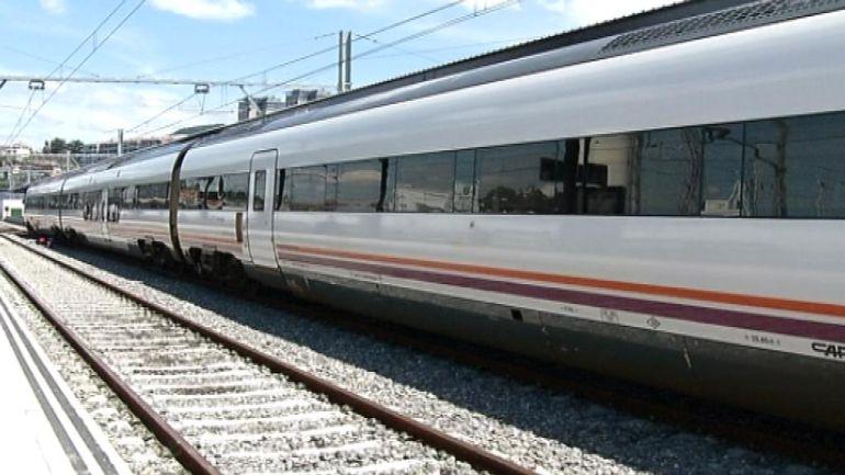 Imagen del tren que conecta Vigo con Madrid a su llegada a Guixar