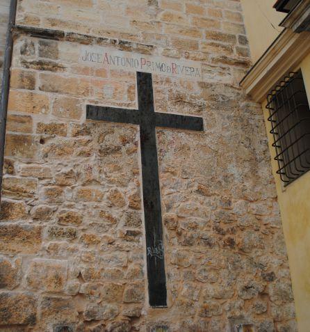La inscripción, y los escudos bajo la cruz, serán retirados