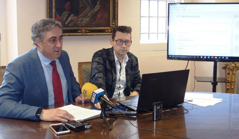 Ángel Mariscal (i) en la presentación de la nueva web municipal este miércoles