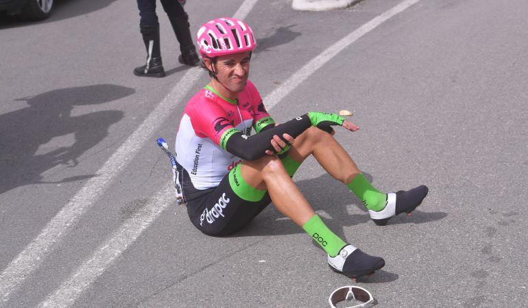 Daniel Moreno tras la caída en la cuarta etapa de la 53ª Tirreno-Adriatico 2018 entre Follonica y Sarnano Sassotetto.