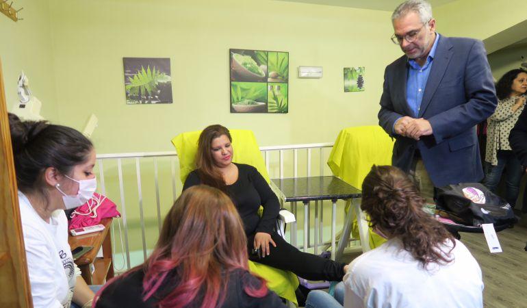 El consejero de Políticas Sociales ha visitado el proyecto de integración sociolaboral para mujeres gitanas en Fuenlabrada.