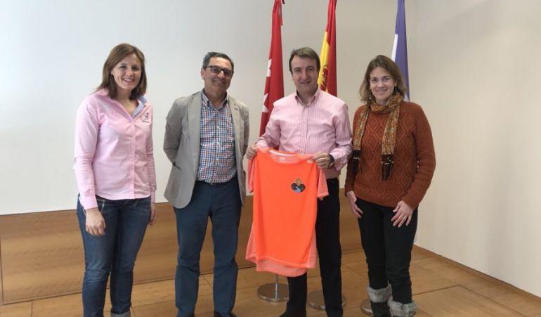 El alcalde, Jesús Moreno, recibe las camisetas de ambos clubes de manos de los representantes de Trailcantos y Trikatlón