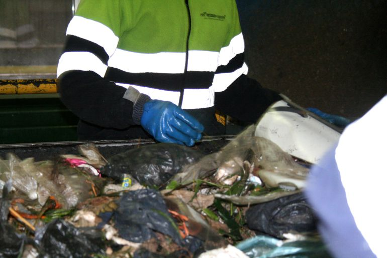 El cuerpo sin vida del bebé fue hallado por las trabajadoras de la empresa en la línea de separación de basuras