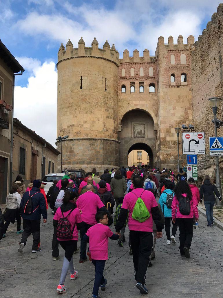 Los 450 participantes en la VI Marcha Cofrade atraviesan el arco de San Andrés