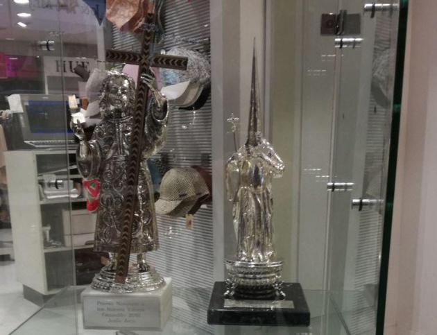Estatuillas de los Premios Nazareno ya expuestos en El Corte Inglés