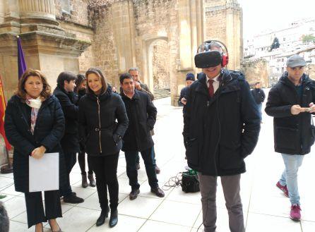 """El consejero de cultura, Miguel Ángel Álvarez experimenta con las gafas de realidad virtual la visualización de """"el sueño de Vandelvira"""""""
