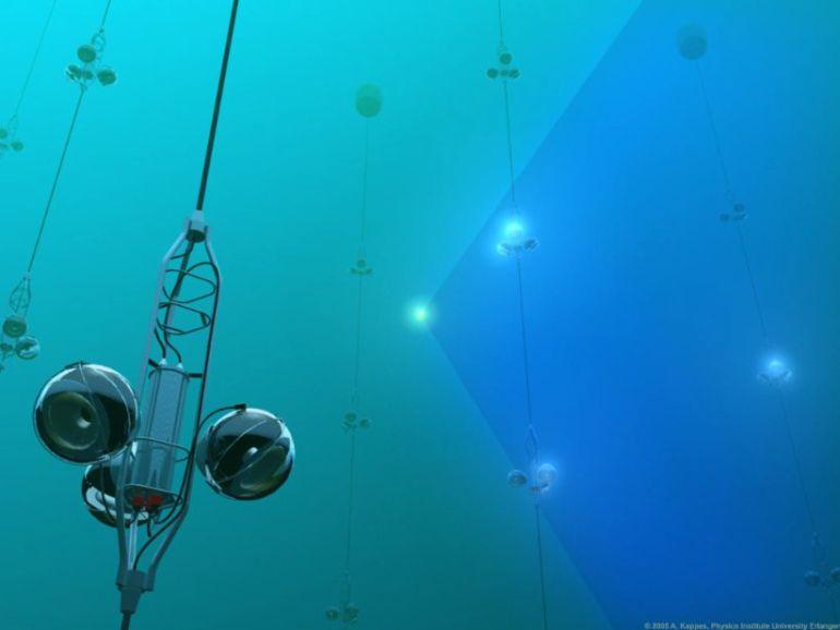 Recreación del detector de ANTARES y de la luz generada por un muón