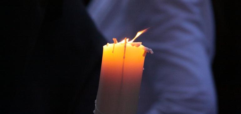 Cirio encendido durante una de las estaciones de penitencia de la Semana Santa de Granada