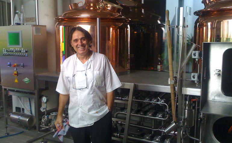 El restaurador y amante de la cerveza en su obrador de Sant Climent