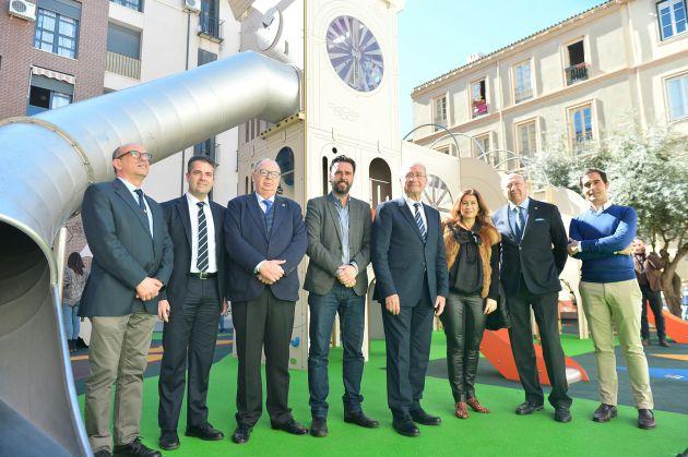 El alcalde de Málaga, junto a otras autoridades, han inaugurado el parque este Lunes Santo