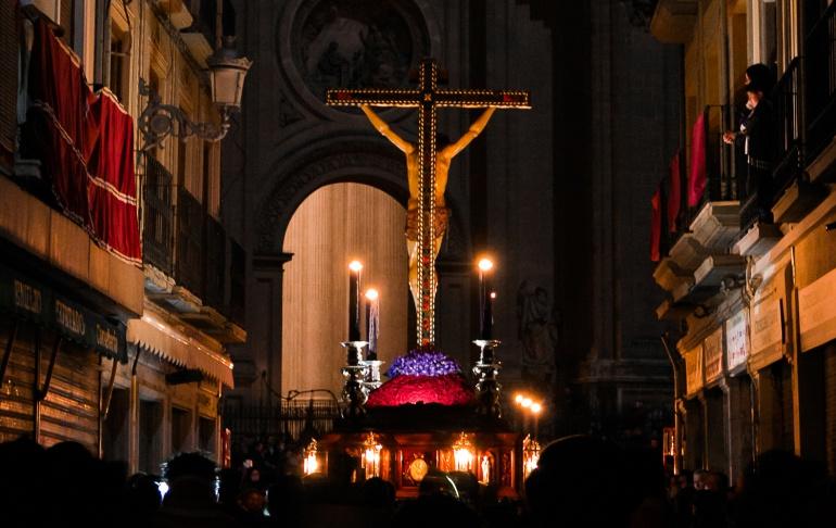 El Cristo de la Misericordia a su paso por Marqués de Gerona con la luz apagada