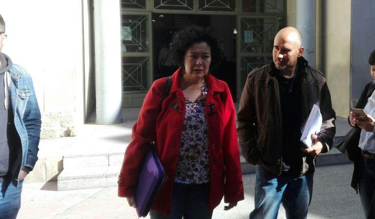 Raquel Pérez (i) y David Rodríguez (d), a la salida los juzgados de Benalúa para declarar por el presunto pago de un viaje a Cuba con fondos del partido de la Diputación.