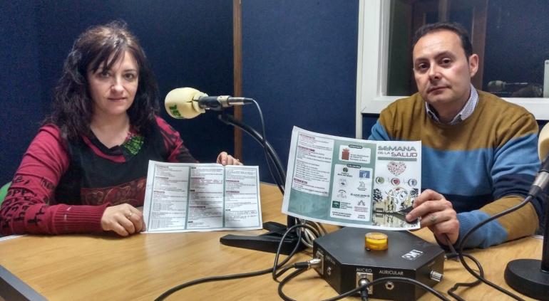 La concejal de Salud, Rocío Marcos, junto al técnico municipal Antonio Sánchez, presentando en Radio Villacarrillo las actividades de la III Semana de la Salud