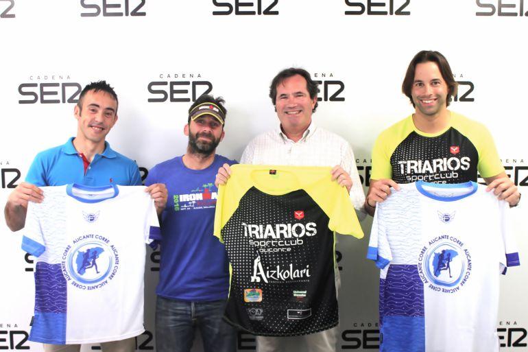 """Jordi Moll (i), concejal de Deportes del Ayuntamiento de Busot, Miiguel Angel López """"BigMike"""" (c), José Manuel Albentosa (c) y Francisco Javier Vargas (d), presidente del Club Deportivo Triarios"""