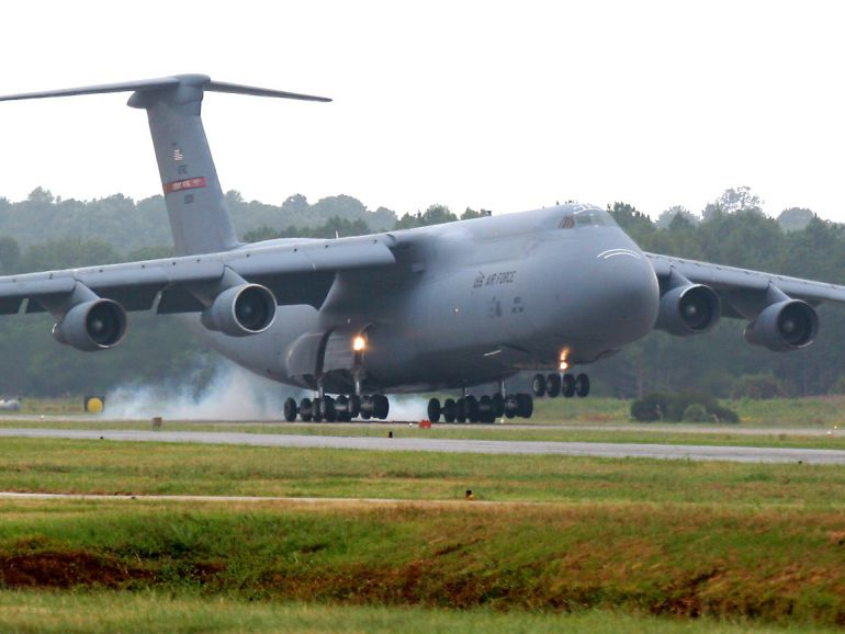 Avión en la pista del aeropuerto de la base de Rota