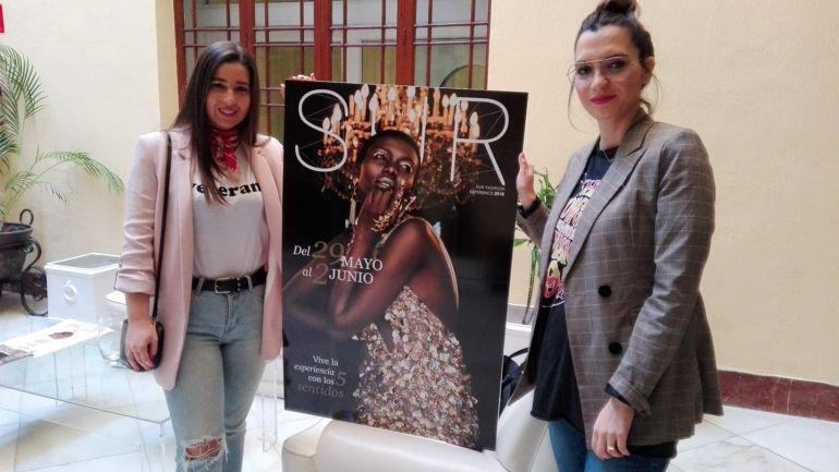 Marta Silva y Ainhoa Rosado, responsables de Sur Fashion, con el cartel de la tercera edición
