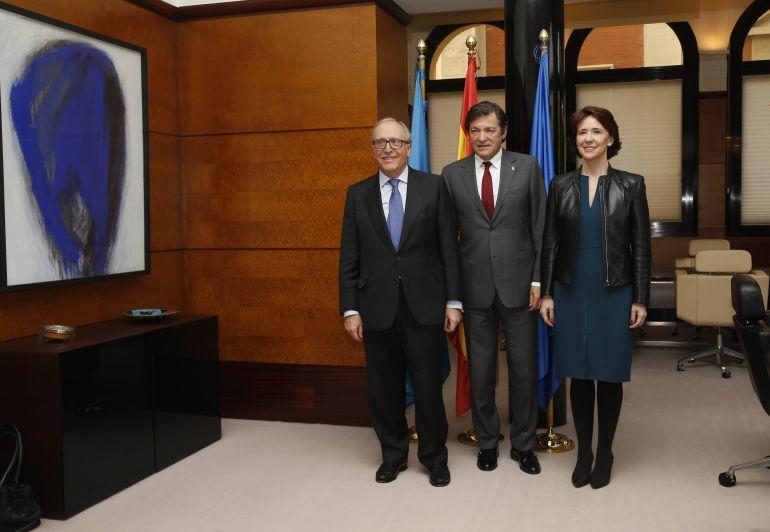 El presidente de la Fundación Princesa de Asturias Luis Fernández Vega en su visita al presidente del Principado, acompañado por la directora de la Fundación, Teresa Sanjurjo