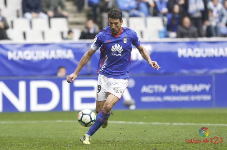 Toché golpea un balón en el partido contra el Alcorcón en el Carlos Tartiere.