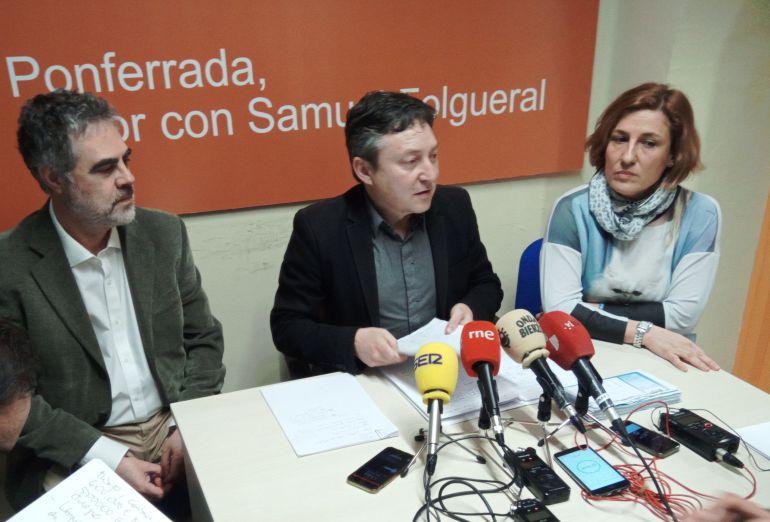 Samuel Folgueral, acompañado de sus concejales