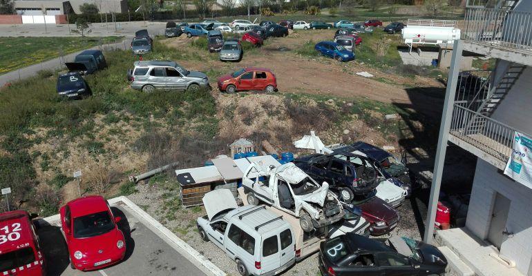 Alguns dels cotxes que s'utilitzaran en el concurs de rescat en accidents de trànsit de Bombers, a Lleida, que comença avui dimarts 10 d'abril